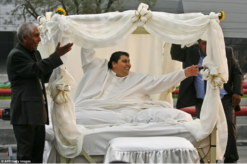 Some People Get A Limo Ride To Their Wedding But Not Manuel Uribe The World S Heaviest Man Who Once Weighed In At 1 230 Lb Or 560 Kg Went His