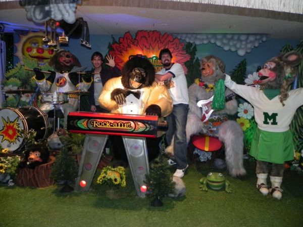 Meet The Guy Who Perfectly Recreated An 80s Showbiz Pizza