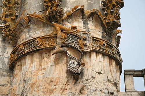 Column with belt