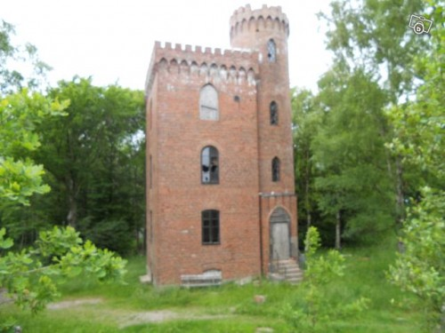 Tiny castle for sale neatorama for Tower house for sale