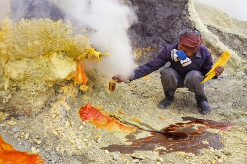 Incredible Photos Of Sulfur Harvesting In Indonesia
