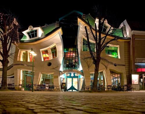 The crooked house of poland neatorama - Mondo casa shop ...